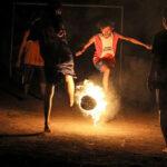 Ahora la moda es jugar fútbol con pelota prendida de fuego (Video)