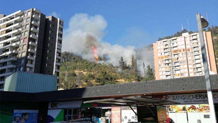 Bomberos combate incendio en el cerro San Cristóbal