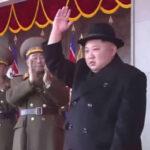 Corea del Norte: Kim Jong-un encabezó desfile militar en víspera de Juegos Olímpicos (VIDEO)