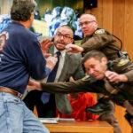 EEUU: Padre furioso intentó golpear a médico violador Nassar en tribunal (VIDEO)