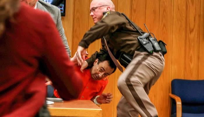 Padre de víctimas intenta atacar a Larry Nassar durante juicio