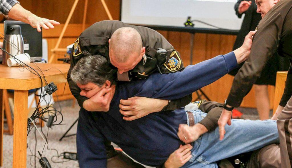 Un padre, Randall Margraves, ataca a Larry Nassar en la corte