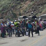 Agricultores mantienen bloqueada Carretera Central