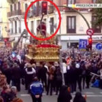 España:La cruz de Jesús del Gran Poder se parte al chocar contra un semáforo (VIDEO)