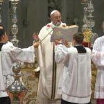 """Francisco pide a curas que sean """"cercanos y callejeros"""" en misa Crismal (VIDEO)"""