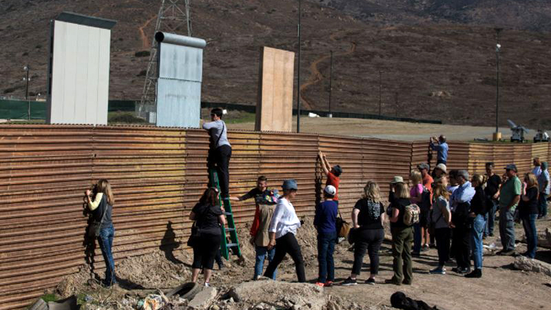 Anuncian que Trump revisará en San Diego los 8 prototipos del muro