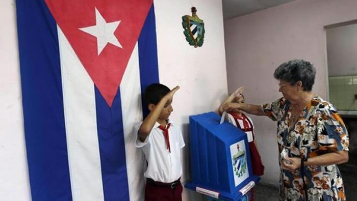 Raúl Castro ejerce derecho al voto en municipio santiaguero