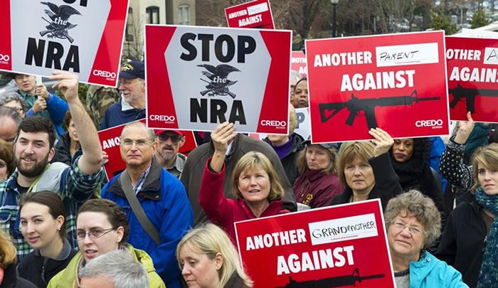 Gobernador de Florida promulga ley que permite a maestros portar armas