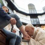 Jueves Santo: Papalava los pies a 12 presos extranjeros en cárcel italiana (VIDEO)