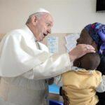 El Papa lamentó crueldad contra niños durante misa en iglesia del padre Pío