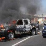 """México: Cártel """"Los Viagras"""" quema 22 autos y bloquea carreteras en Michoacán (VIDEO)"""