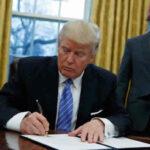 A regañadientes Trumpfirma el proyecto presupuestario de 2018 pese a sus duras críticas