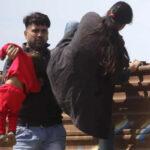 EEUU: Descubren a padre cruzando con su hijita por la valla fronteriza con México (FOTOS)