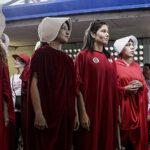 """Mujeres votan vestidas de """"criadas"""" contra autoritarismo religioso en Costa Rica"""