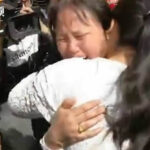 China: Se hizo taxista para buscar a su hija desaparecida y24 años después lo consiguió (VIDEO)