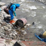 Desconocidos arrojan cilindros con material tóxico en río Chillón