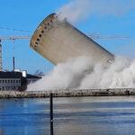 Torre cae sobre una biblioteca por error en demolición (Video)