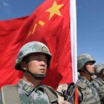 China prohíbe a sus soldados buscar pareja por internet
