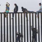 México: Caravana migrante llega a la frontera y desafía a Trump trepando valla divisoria