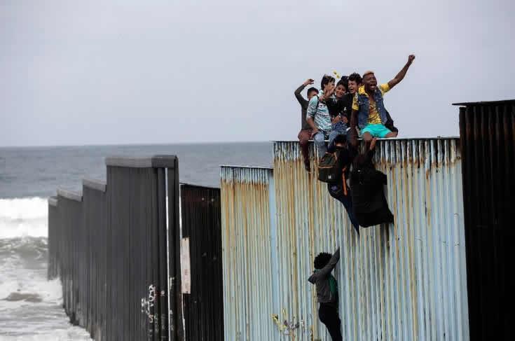 Último grupo de la caravana de migrantes centroamericanos cruza a EU