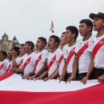 Hinchas realizan banderazo por la blanquirroja (Fotos)