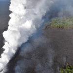 Nube de vapor tóxico se eleva sobre cielo hawaiano y lava llega al océano