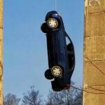 Canadá: Nadie se explica cómo y por qué colgaron un auto desde un puente a gran altura (VIDEO)