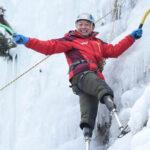 Septuagenario chino amputado de ambas piernas llega a la cima del Everest (VIDEO)