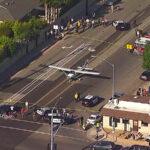 Avión aterriza de emergencia en calle de California en plena hora punta (Videos)