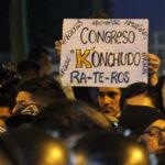 Cientos piden en nueva manifestación cierre del Congreso (Fotos)