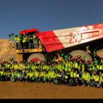 Mineros de La Arena pintan camión en apoyo a la selección peruana