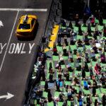 Miles de personas celebran en Times Square el Día Internacional del Yoga