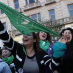 Diputados argentinos aprueban ley para despenalizar el aborto y pasa a Senado