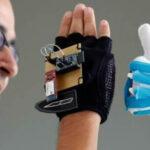 Colombia: Estudiante crea guante robótico que interpreta lenguaje de señas