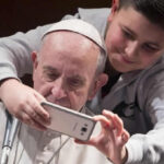 Papa Francisco pide que redes sociales no se conviertan en un lugar de alienación (VIDEO)