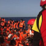 España autoriza a barco con sesenta inmigrantes atracar en Barcelona