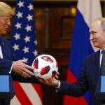 Encuentran un chip dentro de balón Adidas que Putin le regaló a Donald Trump
