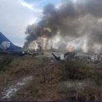 México: Confirman que no hay fallecidos en avión que se estrelló al despegar (VIDEO)