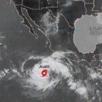 Tormenta Fabio se convierte en huracán frente a costas del Pacífico mexicano