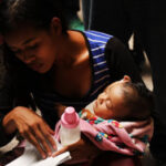 EEUU: Niño de 1 año comparece ante corte de inmigración en brazos de su madre y juez se avergüenza