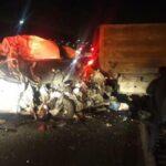 Doce muertos y nueve heridos al chocar furgoneta y camión en estado de México