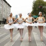El ballet sale del teatro y se exhibe en cruces peatonales mexicanos