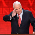 """En carta de despedida McCain pide no perder la fe en EEUU y derrumbar los """"muros"""""""