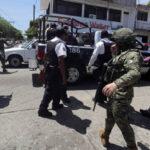 México: Autoridades federales desarman a 700 agentes municipales en Acapulco (VIDEO)