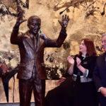 Develan estatua de Nelson Mandela en sede de las Naciones Unidas por su centenario