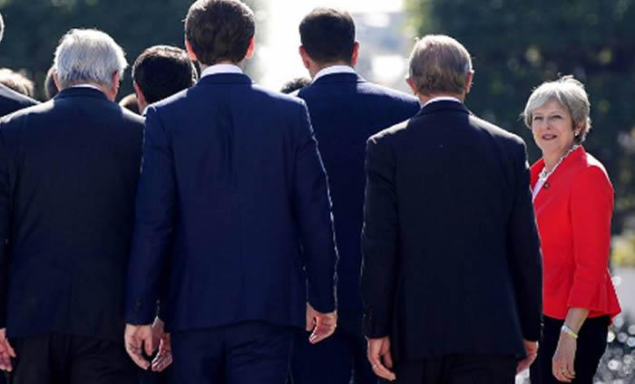 May exige a la UE que presente alternativas para desbloquear el 'brexit'