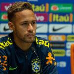 Neymar pierde el brazalete de capitán con Brasil en favor de Daniel Alves