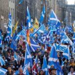 Decenas de miles de personas marchan por la independencia de Escocia
