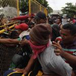 Guatemala: Inmigrantes rompen barrera de seguridad y se enfrentan a Policía en la frontera (VIDEO)