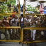 Migrantes hondureños se enfrentan con policía mexicana en la frontera, 50 lograron ingresar (VIDEO)